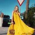 Glamour et élégante sur la route des vacances