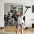 Dès 15 ans, les filles font plus le ménage que les garçons