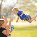 Un super papa donne à son fils trisomique le pouvoir de voler