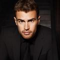 Theo James se parfume chez Boss