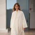 Paris Fashion Week : le défilé Lemaire joue les superpositions cool et stylées