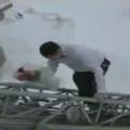 Un pompier fait sa demande en mariage en haut de la grande échelle