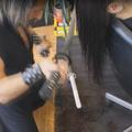 Ce coiffeur madrilène préfère les sabres et le chalumeau aux ciseaux
