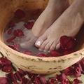 Citron, huile d'olive, sel... nos recettes maison pour un bain de pieds