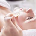 Soin du visage : quelles différences entre gommage et peeling ?