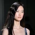 Effet gaufré versus cranté : quand les cheveux misent sur la boucle rétro
