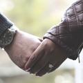 Il fait sa demande en mariage le jour où sa compagne sourde entend pour la première fois