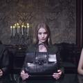Rosie Huntington-Whiteley, Bella Hadid et Stella Maxwell réunies autour du dernier sac Versace