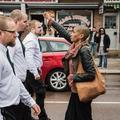 Seule face à 300 néonazis, elle lève le poing et devient une héroïne