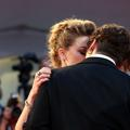 """Amber Heard n'irait pas plus loin contre Johnny Depp parce qu'elle """"l'aime toujours"""""""