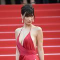 """Bella Hadid revient sur sa robe (très) fendue à Cannes : """"C'était un vrai risque"""""""