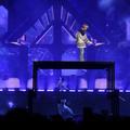 Justin Bieber chute (encore) en plein concert