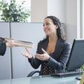 Au travail, les femmes rendraient plus de services que les hommes