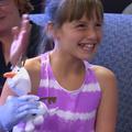 """Une fillette née sans main droite, reçoit une prothèse 3D inspirée de la """"Reine des neiges"""""""