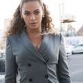 Beyoncé réhabilite le costume gris à rayures tennis