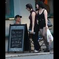 Gerard Butler surpris en train de lorgner sur des femmes dans la rue