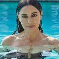 """Monica Bellucci pose nue dans une piscine pour """"Paris Match"""""""