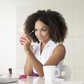 Parfum, rouge à lèvres, anticerne : les indispensables beauté au bureau