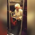 À 82 ans, une mamie fait le poirier dans le TGV