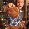 Pour Noël, elles reçoivent un ours en peluche avec la voix de leur grand-père décédé