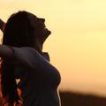 Rester optimiste réduit le risque de mortalité chez les femmes
