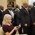 La conseillère de Donald Trump photographiée à genoux sur le canapé du bureau ovale
