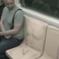 """Un siège de métro aux formes """"très"""" masculines pour dénoncer les frotteurs"""