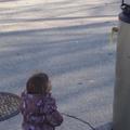 Une fillette câline un chauffe-eau ressemblant à un robot