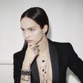 Karl Lagerfeld dévoile sa première collection de bijoux, en collaboration avec Swarovski