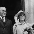 Yvonne De Gaulle, Danielle Mitterrand, Carla Bruni-Sarkozy... Les premières dames à travers la Ve République