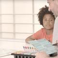 Les inégalités expliquées aux enfants autour d'une partie de Monopoly