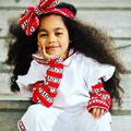 À six ans, les cheveux de cette petite fille font la moitié de sa taille