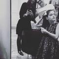 Suri Cruise pose déjà comme sa mère Katie Holmes