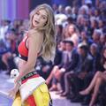 Tommy Hilfiger, Balmain, Versace… Gigi Hadid pose et s'impose