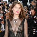 Laetitia Casta, hypnotisante sur les marches de Cannes