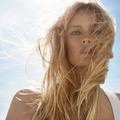 Longueurs lâchées ou froissées décoiffées... Les cheveux prennent un air de vacances