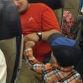 """À 2 ans, il """"checke"""" les passagers avant le décollage"""