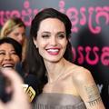 Angelina Jolie a-t-elle jamais autant souri sur un tapis rouge ?