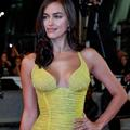 "Irina Shayk, la petite amie de Bradley Cooper, rejoue la scène torride de ""Ghost"""