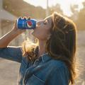 Vingt-six ans après, Cindy Crawford rejoue la mythique publicité de Pepsi