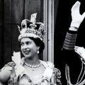 Elizabeth II pose avec l'illustre couronne royale pour la première fois depuis 1953