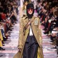 Vidéo exclusive dans les secrets d'atelier du trench brodé Dior