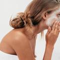 Fond de teint, eau micellaire, parfums... 10 idées reçues qui menacent notre routine quotidienne