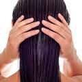 L'huile de ricin : l'allié privilégié de nos cheveux