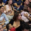Aux Philippines, 1500 mères allaitent leurs bébés en public