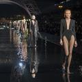 Au pied de la Tour Eiffel, la femme Saint Laurent marche sur l'eau