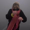 En pleine manifestation des gilets jaunes, une danseuse improvise une chorégraphie