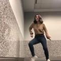 Bloquée à l'aéroport, elle se met à danser et obtient 9 millions de vues