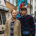 À la Fashion Week de Londres, on ne s'affiche plus seul sur les photos de street style