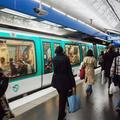 """Un """"harceleur à la couronne"""" inquiète les jeunes femmes dans le métro parisien"""